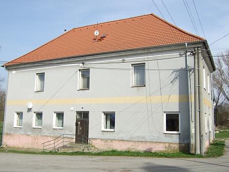 Bývalá německá škola ve Strýčicích, kde učila