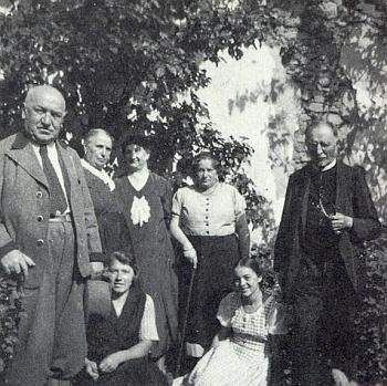 Na snímku z roku 1933 tu sedí u nohou vikáře Sigismunda Bredla na zahradě fary v Dobré Vodě uNových Hradů, kde byla po dva týdny letním prázdninovým hostem
