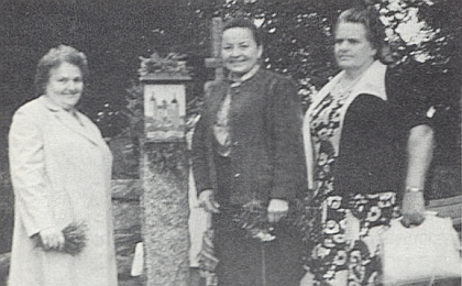 Mezi spolužačkami z Dobré Vody Mizzi, roz. Radlerovou aAnnou, roz. Reiterovou, na snímku z roku 1988
