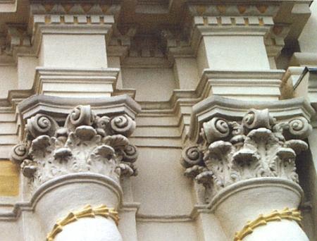 Detail barokních architektonických článků poutního kostela vDobré Vodě