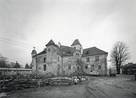 Dva snímky Josefa Ptáčka dokumentují stav zámku v Poběžovicích ještě roku 2005 (viz i Franz Metschl)