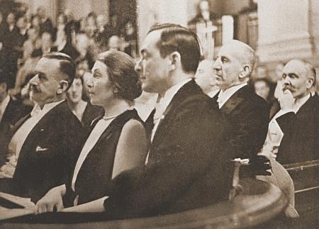 Jeho první žena, rakouská herečka Ida Rolandová (zde na snímku z roku 1930 sThomasem Mannem v berlínské Singakademie), po jejíž smrti se roku 1952 oženil sAlexandrou hraběnkou von Tiele, roz. Ballyovou, dcerou lékaře ze švýcarského Solothurnu, která zemřela vroce 1968 a rok nato pak následovalo třetí jeho manželské spojení se vdovou po skladateli Ralphu Benatzkym Melanií Benatzky Hoffmannovou (1909-1983)