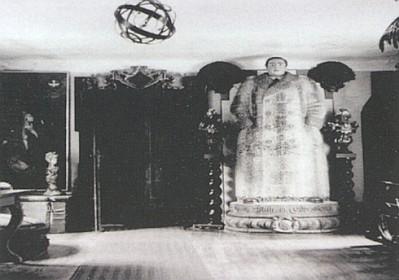 Interiéry zámku v Poběžovicích před rokem 1945 i s kamny zpodobujícími jednoho z Coudenhovů-Kalergi