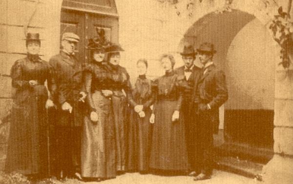Na rodinném snímku stojí druhý zleva, jeho žena Mitsu čtvrtá zprava (viz Richard Coudenhove-Kalergi)