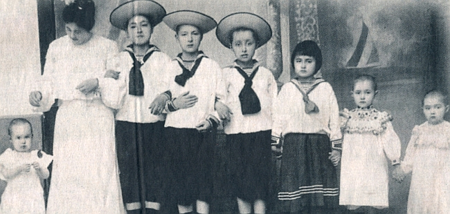 Jako matka s dětmi (jsou to Karl, Hans, Richard, Gerolf, Elisabeth, Olga a Ida)