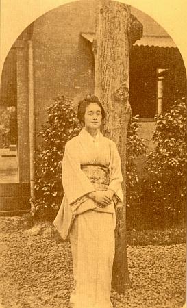 V tradičním japonském kimonu jako nevěsta na snímku pořízeném v Tokiu roku 1895 (viz Richard Coudenhove-Kalergi)
