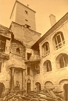 Nádvoří poběžovického zámku na počátku jeho rekonstrukce roku 1990