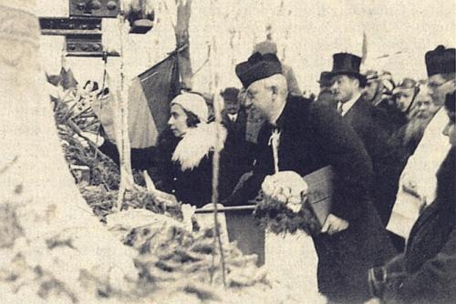 Vzácný snímek svěcení ronšperských zvonů v prosinci 1932 zachycuje vlevo hraběnku Lilly Coudenhove-Kalergi     (blíže o ní viz Wikipedia) a vpravo v cylindru hraběte Johannese