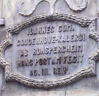 Nápis na jedné zámecké bráně udává, že ji hrabě Johannes Coudenhove-Kalergi von Ronspergheim dal zřídit v roce tři republiky (AD III. REIPUBLICAE)