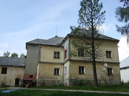Dva záběry bývalé německé školy v Nové Peci při parkovišti nad místní částí Láz cestou k Plešnému jezeru z léta roku 2013