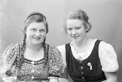 V září 1938 se ve fotoateliéru Seidel nechala zachytit s copatou kamarádkou Selbitschkovou