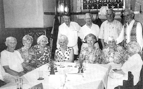 """U pravidelného krajanského """"štamtyše"""" v mnichovském radničním sklípku ji vidíme roku 2001 sedící čtvrtou zleva, nad ní stojí Karlhans Wagner adruhý zprava v téže řadě stojící je tu zachycen Josef Sailer"""