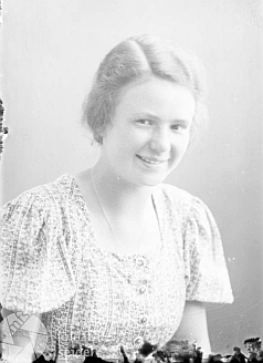 Hertha Starek na dvou snímcích z června 1937, pořízených v českokrumlovském fotoateliéru Seidel