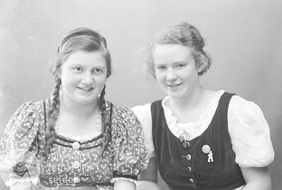 V září 1938 se ve fotoatelieru Seidel nechala zachytit s copatou kamarádkou Selbitschkovou