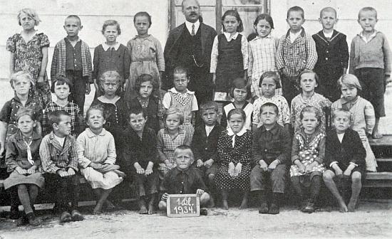 Pan učitel Moser s dětmi 1. třídy školy v Nové Peci roku 1934
