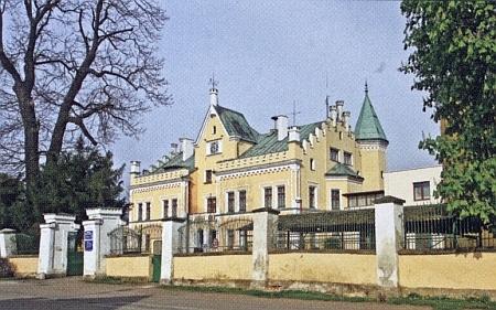 Rodištěm otcovým byl zámek ve Velkých Hlušicích, který postavil v roce 1852 Bernhard Grueber podle návrhu Eduarda Hally azněhož byl roku 1942 za heydrichiády odvlečen Humprecht Otakar Czernin (1909-1944, na snímku vlevo), který po propuštění z koncentračního tábora zemřel na souchotiny