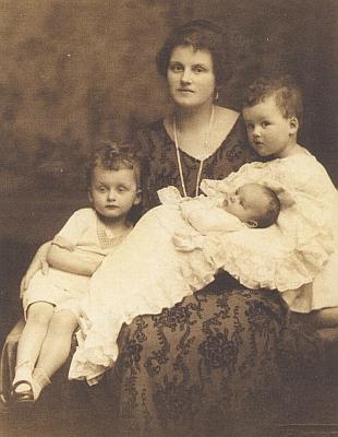 Novorozený Rudolf Czernin s matkou Josefinou, sestrou Terezií a bratrem Karlem Eugenem na snímku z roku 1924