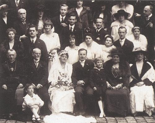 Výřez ze svatební fotografie rodičů - hrabě Evžen Alfons se oženil v říjnu 1919 na zámku Hluboká s princeznou Josefinou ze Schwarzenbergu