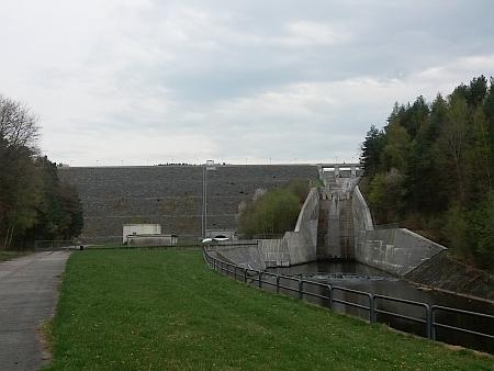 Přehradní hráze Lipenské přehrady na Vltavě a Římovské na Malši