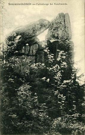 "Seidelova pohlednice se ""slunovratovými kameny"" na Farrenbergu (dnes Homole) u Kunžvartu"