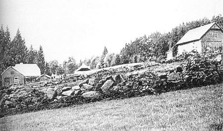 """""""Gasthaus zum Heidenstein"""", tj. """"hostinec U Pohanského kamene"""" vidíme na této staré pohlednici z Horních Světlých Hor zcela vpravo"""