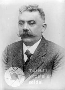 Na snímku z českokrumlovského fotoateliéru Seidel, datovaném 26.května 1925,     tedy takřka na konci jeho učitelského působení vHorních Světlých Horách (viz níže)