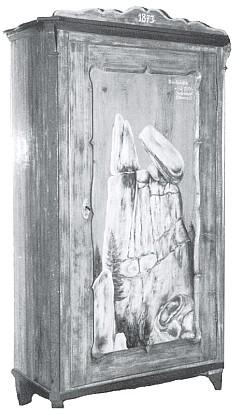 Motiv obětních kamenů na staré skříni jednoho z rodáků, který měl blízko nich pozemek