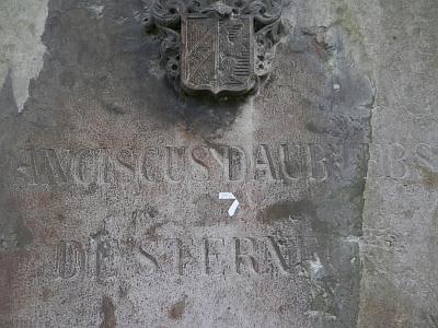 Purkmistrův náhrobní kámen (je tu uveden jménem Franciscus Daublebsky de Sterneck) na Staroměstském hřbitově vČeskýchBudějovicích