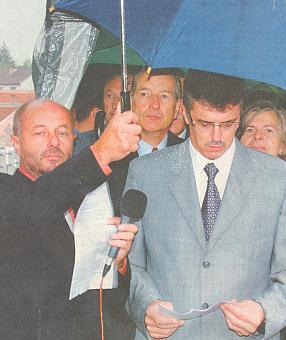 Při otevření obnoveného mostu v Doudlebech, odkud vzešel jeho rod (uprostřed)