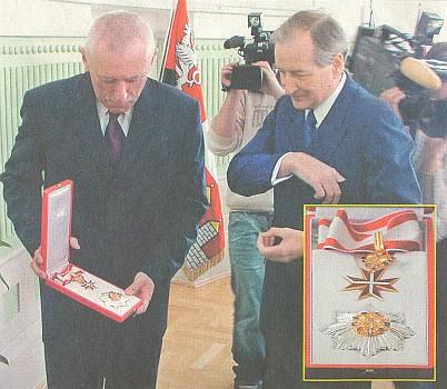 Předává jihočeskému krajskému hejtmanovi Janu Zahradníkovi vysoké rakouské vyznamenání