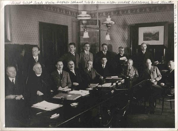 Tento snímek profesorského sboru českobudějovické německé reálky z roku 1930 má na okrajích cenné přípisy spříjmeními - mezi stojícími je tu jako první odleva zachycen Oskar Strass, jako druhý kus dál Engelbert Dechant (více viz Otto Wilder)