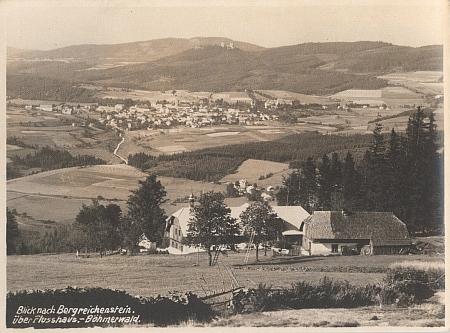 Šumavská Flusárna na úbočí Huťské hory (v pozadí jsou tu vidět Kašperské Hory), odkud pocházela babička Rosina