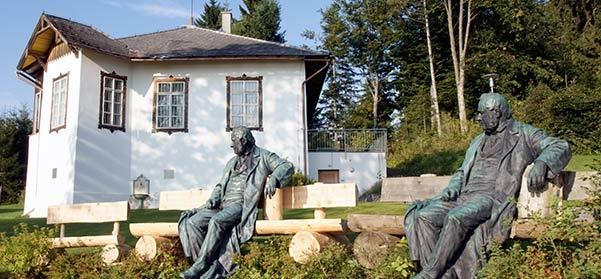 """""""Klonovaná"""" Stifterova socha před vilou v Kirchschlagu, která nese jeho jméno (je známa i jako """"Metz-Villa"""")"""