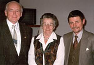 Jako předseda Pracovního kruhu sudetoněmeckých nářečí s jeho čestnou předsedkyní Brunhilde Steitzovou a zakladatelem Dr. Horstem Kühnelem stojí prvý zleva