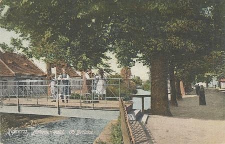 Idyla na mostku přes Úhlavu, jak ji zachytila Seidelova pohlednice