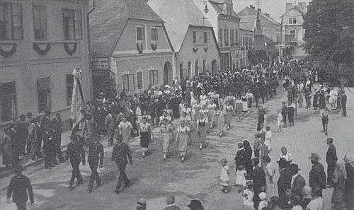 Rynk (Ringplatz) v Dolním Nýrsku při nástupu k turnerské slavnosti roku 1933 kolem kostela 14 pomocníků, dnes zbořeného (není vpravo vidět, viz i Karl Zettl)