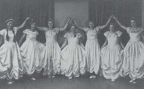 Taneční skupina Turnverein Eiche (tj. turnerské sdružení Dub) na snímku z roku 1935