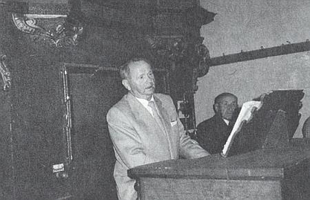 Za pultem varhan na kruchtě kostela v Horním Dvořišti
