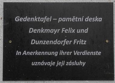 Pamětní deska, umístěná na kostele v Horním Dvořišti