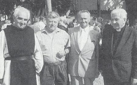 Odleva tu vidíme vyšebrodského převora otce Iva, starostu Horního Dvořiště Vaňka, Felixe Denkmayra a biskupa Antonína Lišku při slavnosti svěcení zvonů v Horním Dvořišti 13. srpna 1994