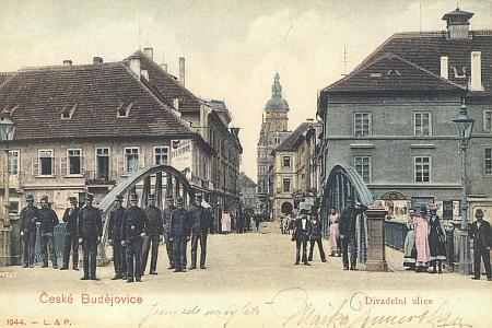 Českobudějovické divadlo je na této pohlednici z počátku 20. století zachyceno vpravo