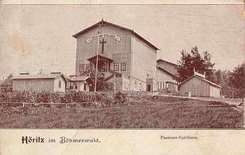 Na pohlednici z počátku 20. století vidíme dům pašijových her v Hořicích, dokončený v roce 1893