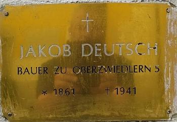 Místo jeho posledního odpočinku připomíná deska na hřbitovní zdi ve Svérazi
