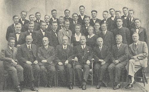 """S učitelským sborem krumlovského gymnázia a maturanty roku 1939, kdy se název ústavu změnil na """"Staatliche Oberschule für Jungen"""", stojí ve druhé řadě druhý zprava2"""