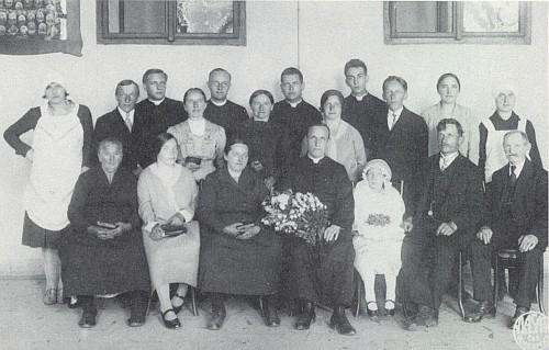 Jako dvacetiletý klerik stojí se čtyřmi duchovními spolubratřími v Českých Budějovicích v zadní řadě prvý zprava při primici Franze Glimscheho, který je obklopen svými nejbližšími z dnes zaniklého Podvoří (Podwurst)