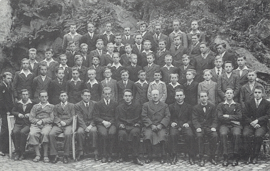 """Snímek z roku 1938 zachycuje Dichtla se šumavskými studenty """"Díla biskupa Neumanna"""""""
