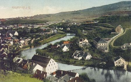 Tady vidíme Wozelkovu přádelnu u jezu na řece Vltavě, jak ji zachytila stará kolorovaná pohlednice z druhé strany a shora - mostu v pozadí se říkalo Střelnický (Schießstattbrücke) podle budovy měšťanské střelnice přiněm