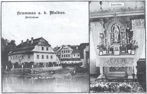 """Zde je """"Diebel'sche Waisenhaus"""" na staré pohlednici zachycen při Kájovském mostě (dnes most Dr. Edvarda Beneše) i s """"domácím oltářem"""" uvnitř"""