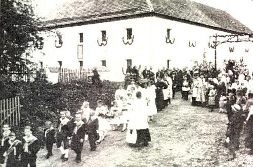 Od rodného statku v Polečnici vychází slavnostní průvod k jeho primici