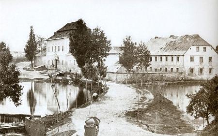 Rezidence augustiniánů z Pivoně ve Ždánově, zbudovaná v roce 1730, na fotografii Josefa Taubera z roku 1875